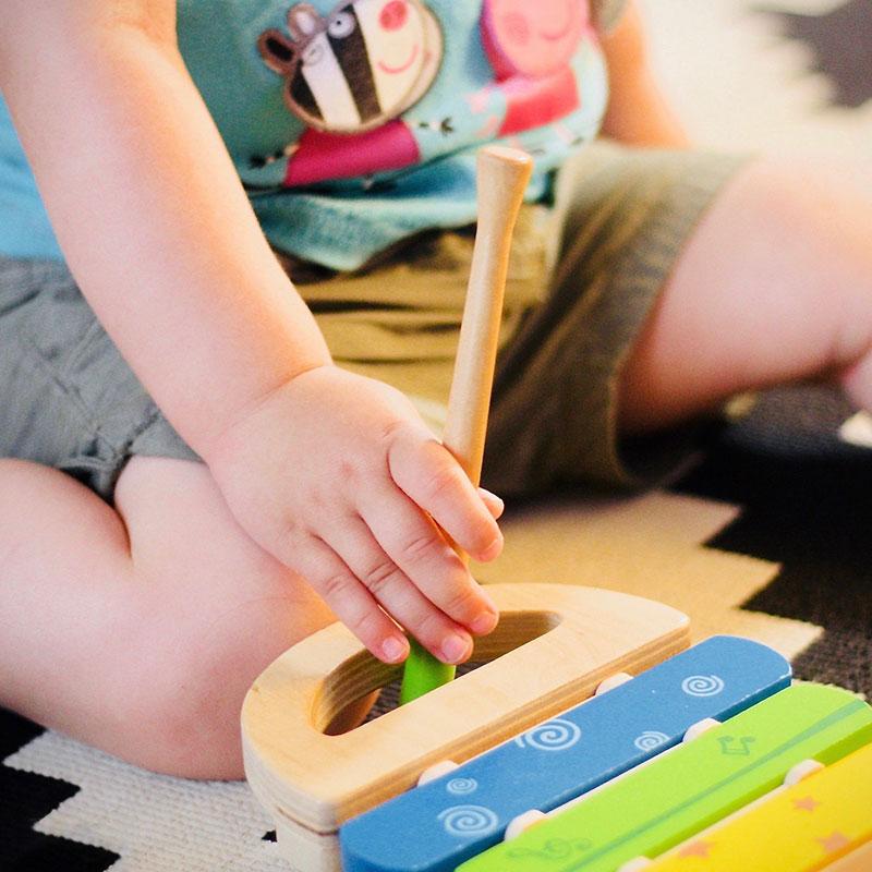 enfant qui joue avec un instrument de musique