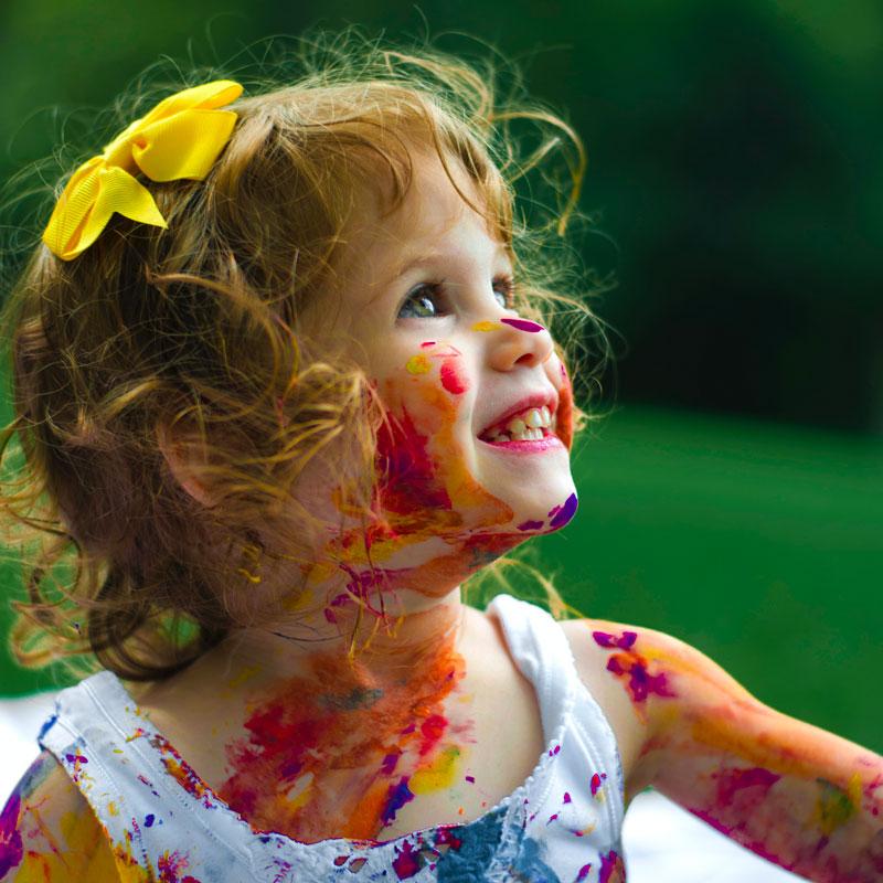 petite fille couverte de peinture - art thérapie - enfance et merveilles