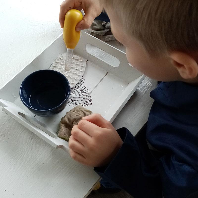 Enfant lors d'un atelier montessori