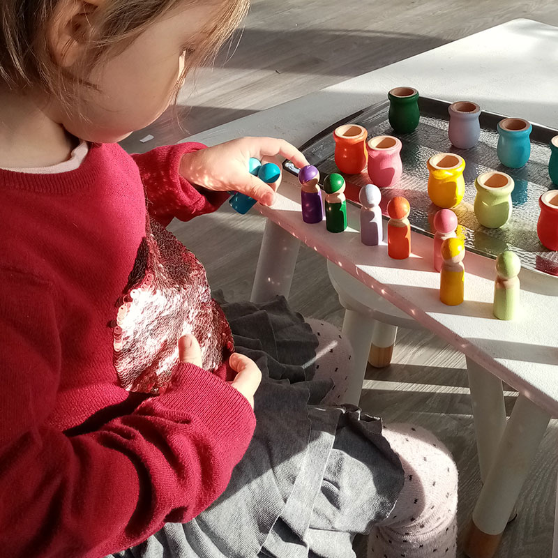 Enfant qui joue avec des jeux montessori